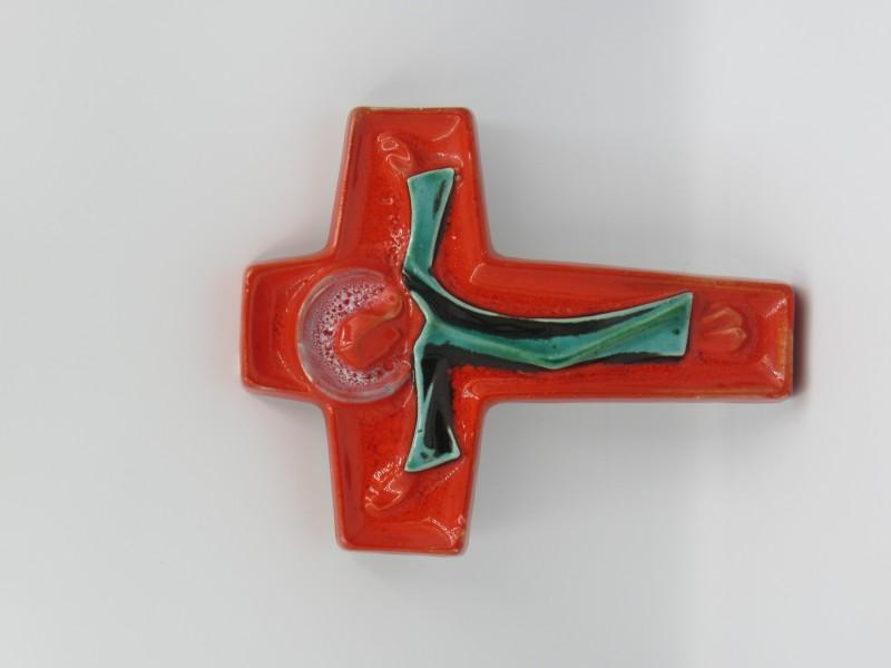 Kruisbeeld in porselein, oranje glazuur