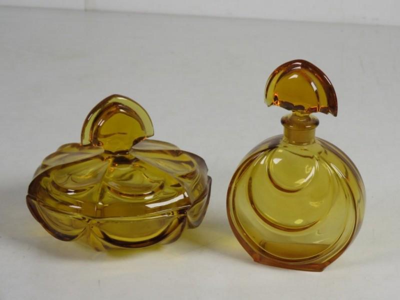 Parfumflesje en schaaltje met deksel