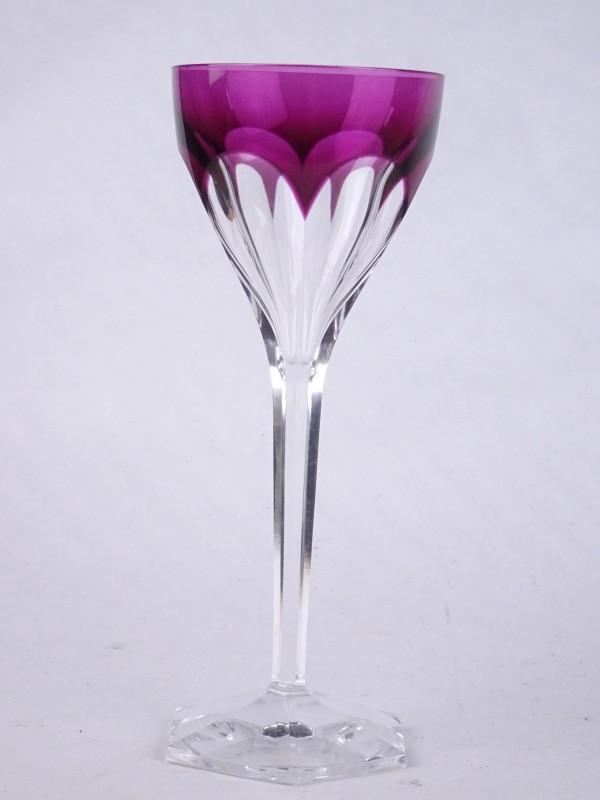Hoog glas met paars afgewerkt en zeshoekige voet.