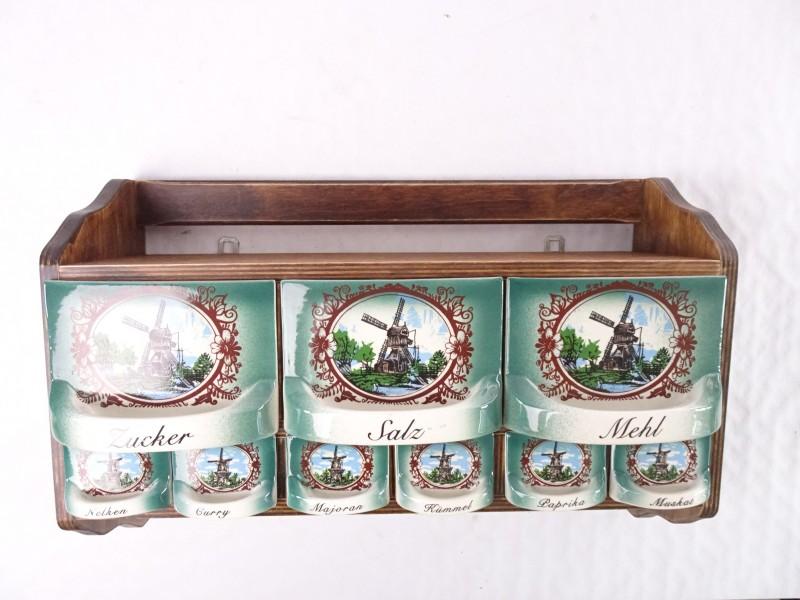 Vintage kruidenrek met porseleinen schuiven voor verschillende kruiden.