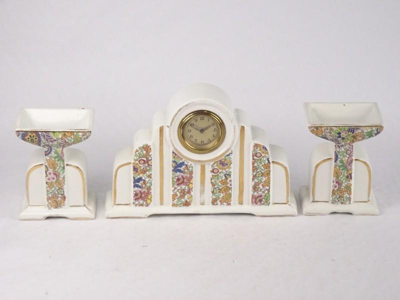 Vintage porseleinen set met klokje in het midden.