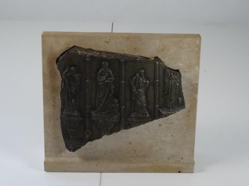 Bronzen relief op steen