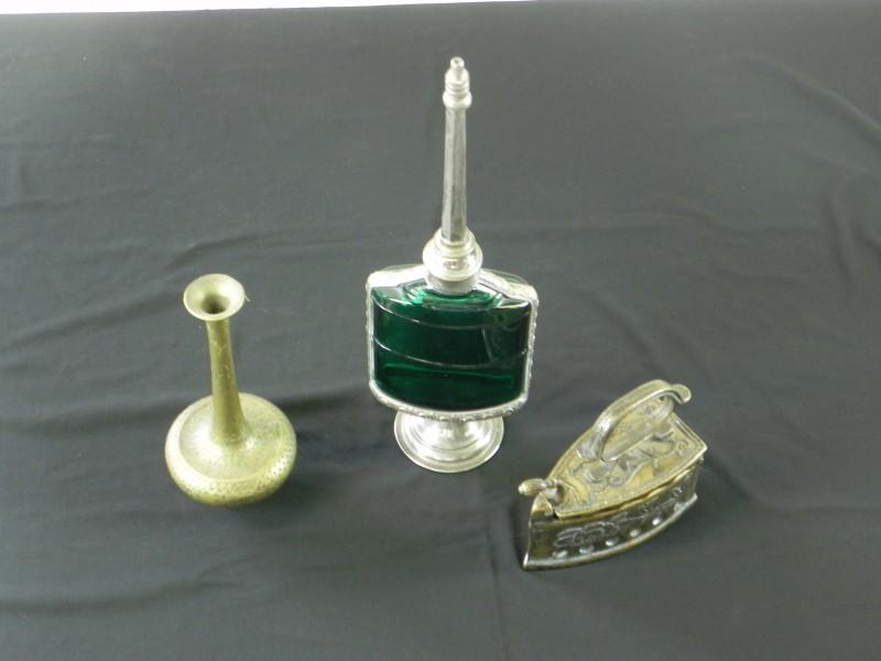 3 decoratieve kleinoden: een vaasje, een strijkijzer en een geurverspreider