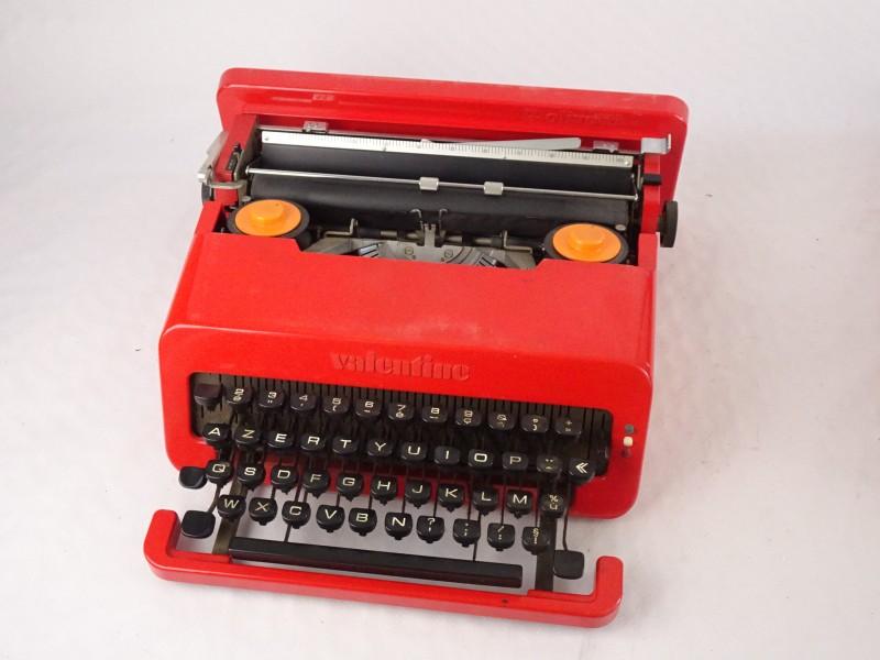 Vintage draagbaar typmachine gemerkt Olivetti Valentine S uit 1969.