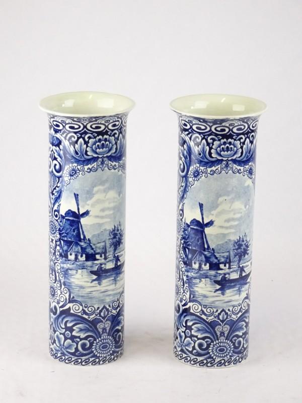 2 hoge porseleinen vazen gemerkt Ceramique Maastricht. Made in Holland.