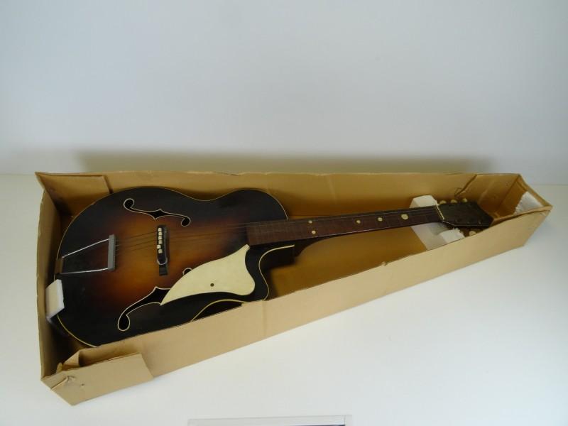 Oude gitaar Famos in doos