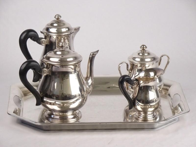 St Medard (verzilverde) set bestaande uit koffiepot, theepot, melkkan, suikerpot + plateau.