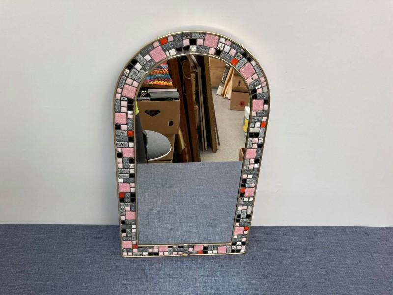 Vintage spiegel met een rand van ingelegde steentjes