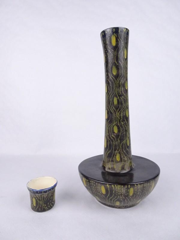 Vintage keramische vaas of fles met in zelfde stijl bijhorende kleine potje.