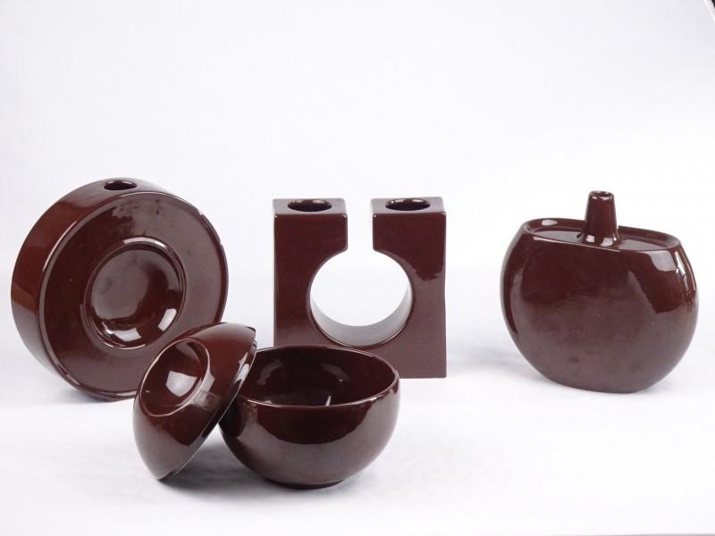 Vintage decoratieve set uit bruin gekleurde porselein Made in Italy.