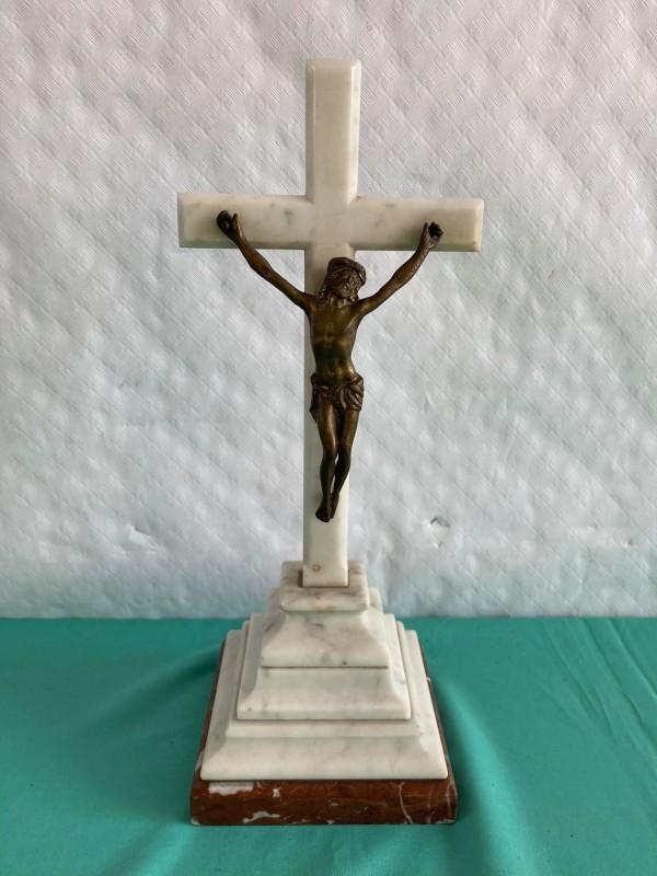 Kruisbeeld in marmer