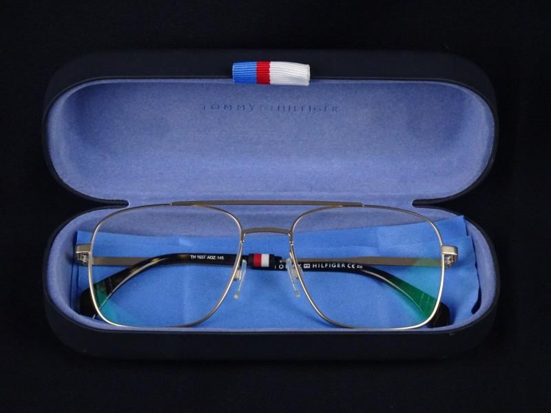 Tommy Hilfiger gemerkte bril en beschermetui.