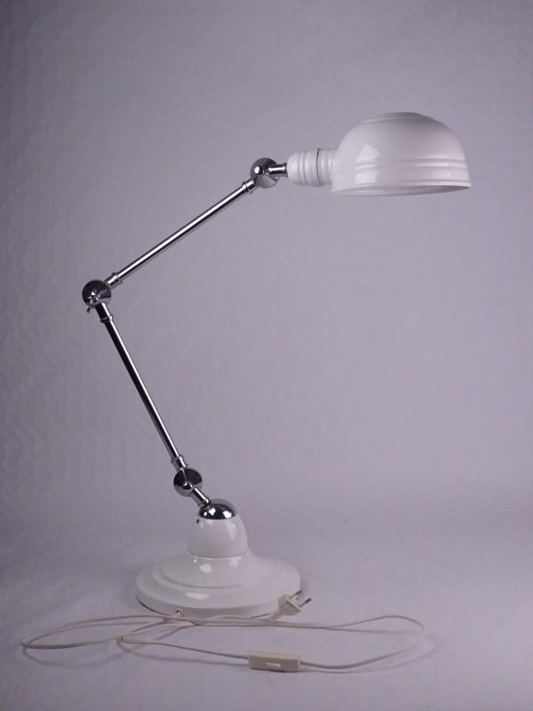 Witte lamp met industrieel uitzicht.