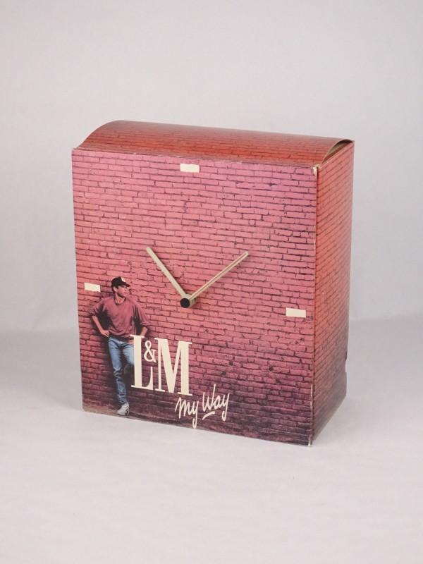 Vintage L&M display uit karton met ingebouwde klok.