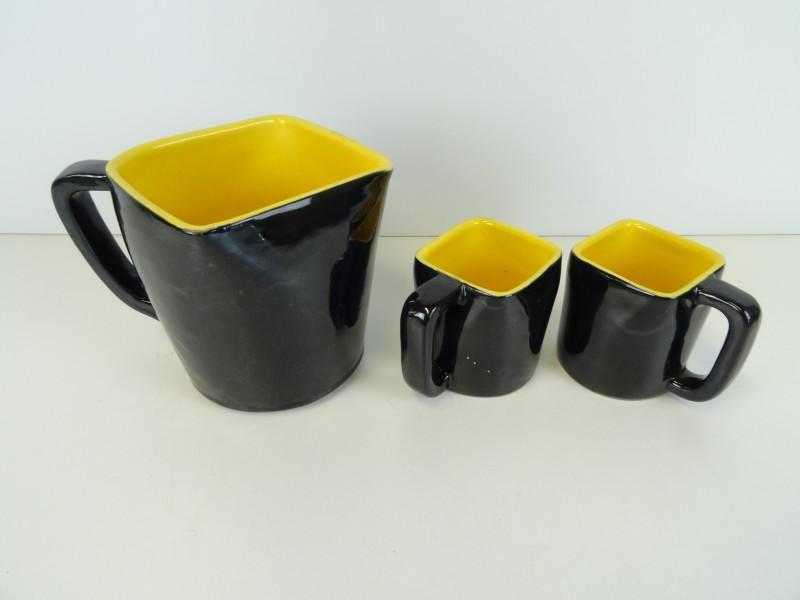 Sabena zwart-geel waterkan en 2 kopjes