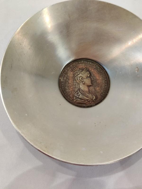 Schaaltje met ingewerkt medaillon (1836)