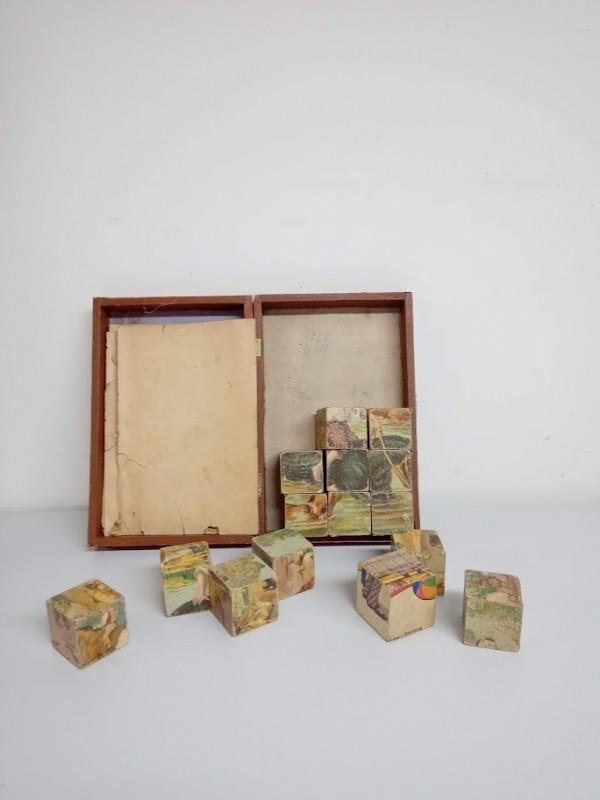 oude kleine speeldoos (puzzel) met 12 blokjes