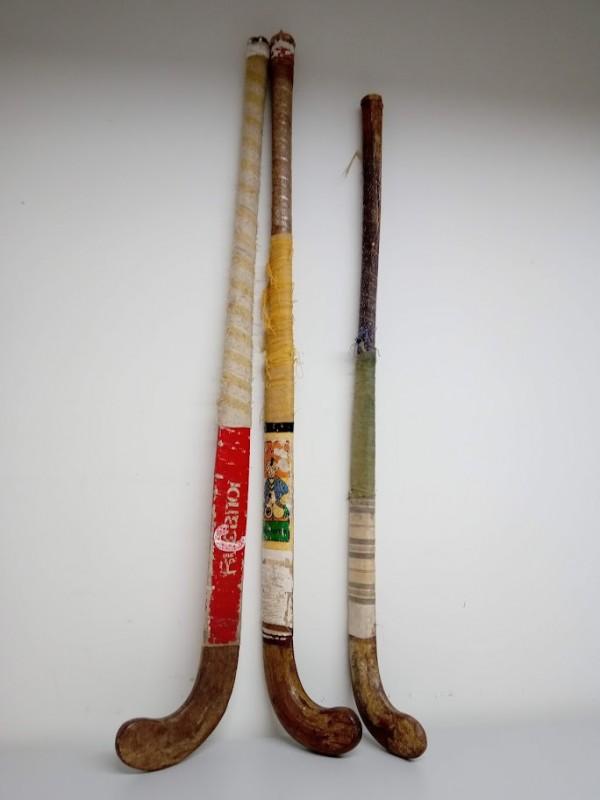 3 oude hockeystikken