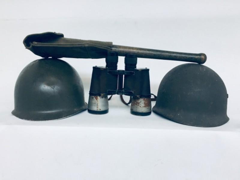 Militaria: 2 Helmen, Verrekijker En Pioniersschep