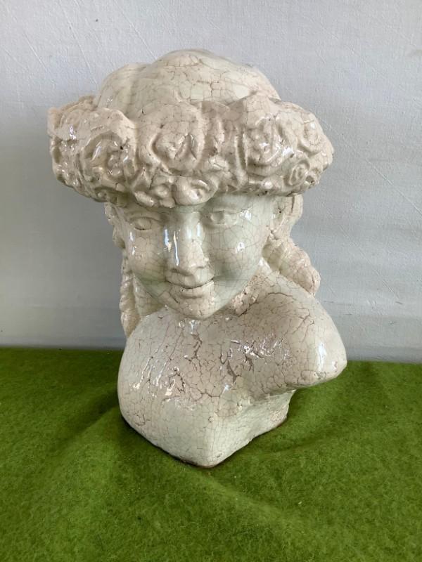 Borstbeeld meisje met bloemenkrans