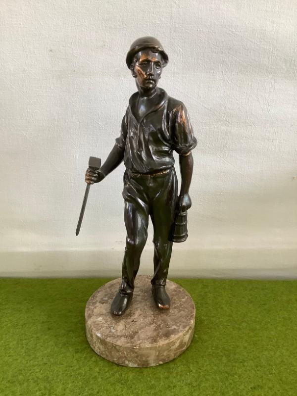 Oud beeld van een mijnwerker in Zamak